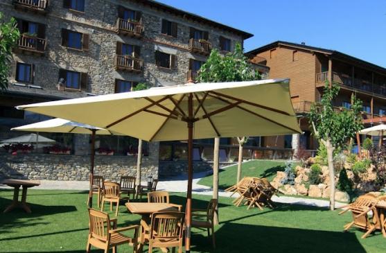 Mountain hotel pool spa prullans catalunya for Pool garden mountain resort argao