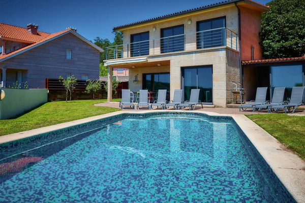 Holiday Galicia in a villa with a pool